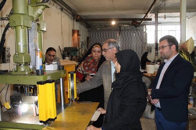 فاطمه فکوریان، محمد علی رئیس دانا در بازدید از دستگاه تزریق پلاستیک